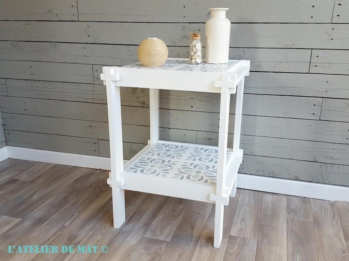 une petite table et de faux carreaux de ciment l 39 atelier. Black Bedroom Furniture Sets. Home Design Ideas